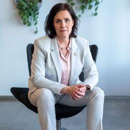 Karin Ståhl sittandes